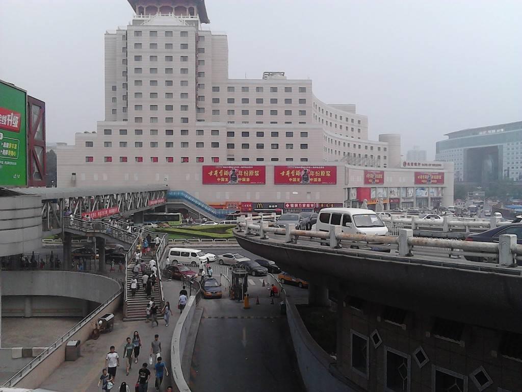从北京西站照的北京西站外。