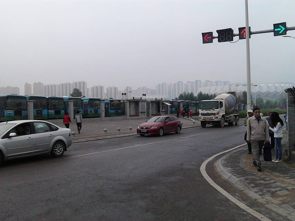 西宁西站外公交车站