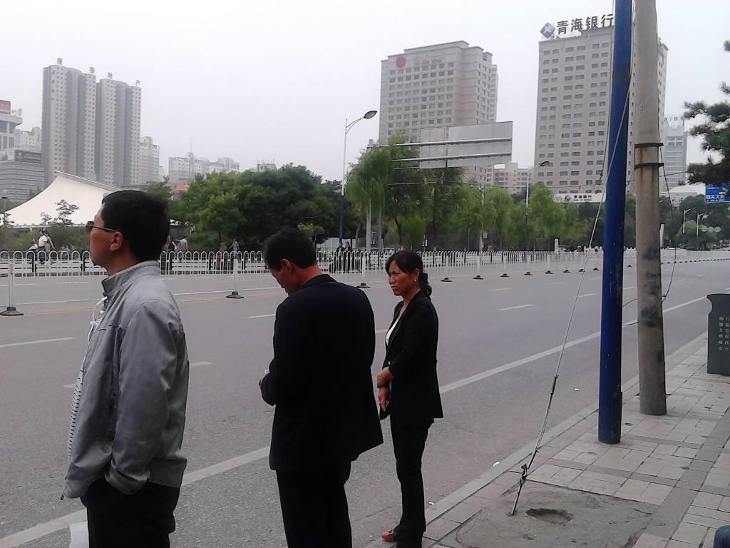 西宁的路上。公交车站等车的人。