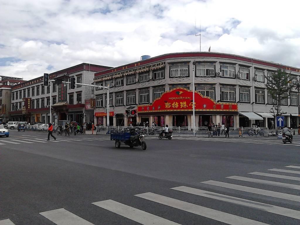拉萨城区路口