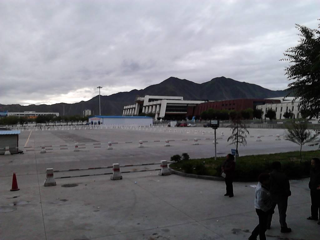 清晨,从柳梧汽车站看过去的拉萨火车站。