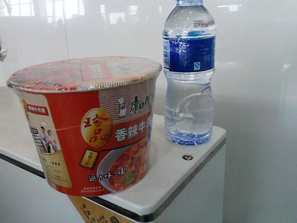 春秋航空延误3小时,在候机区派发的食品