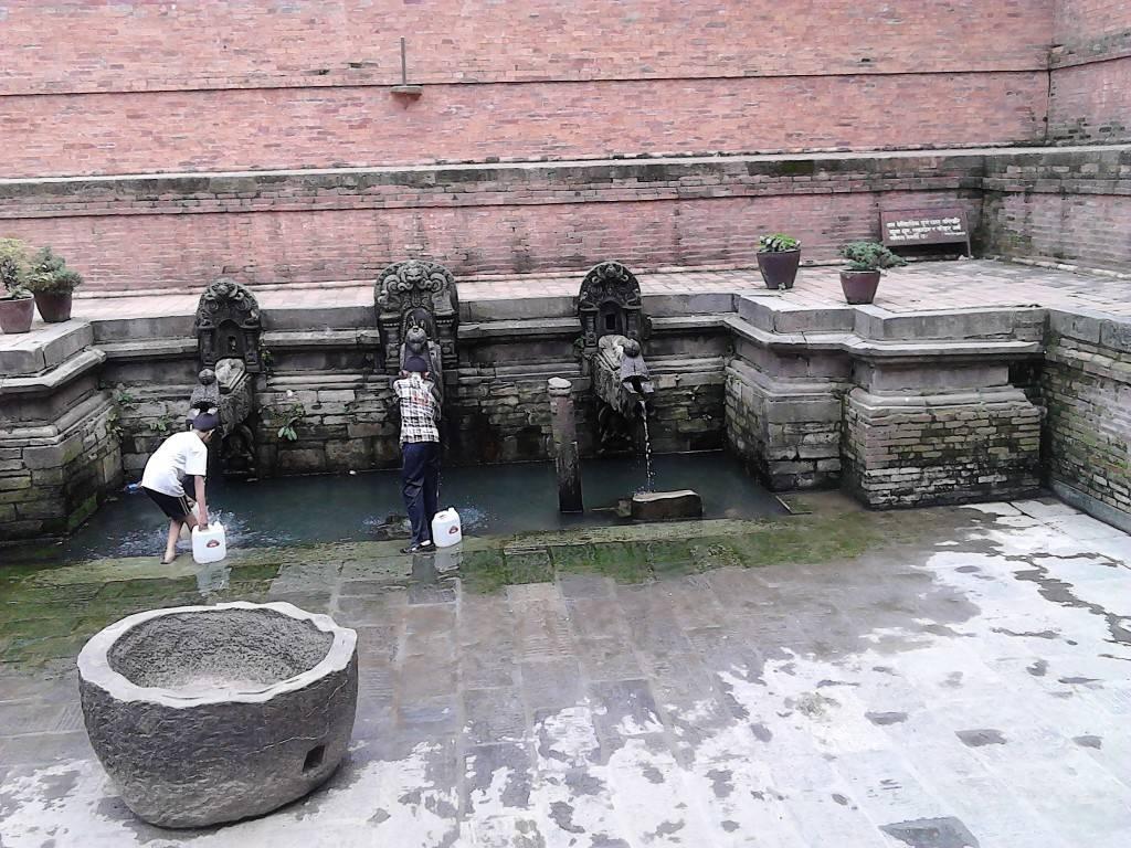 杜巴广场,取水
