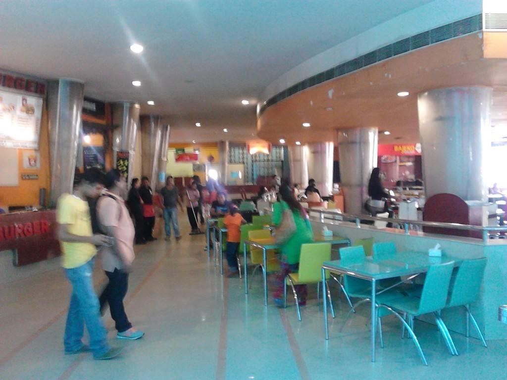 电影院外面的饮食区,东西卖得不便宜呀。