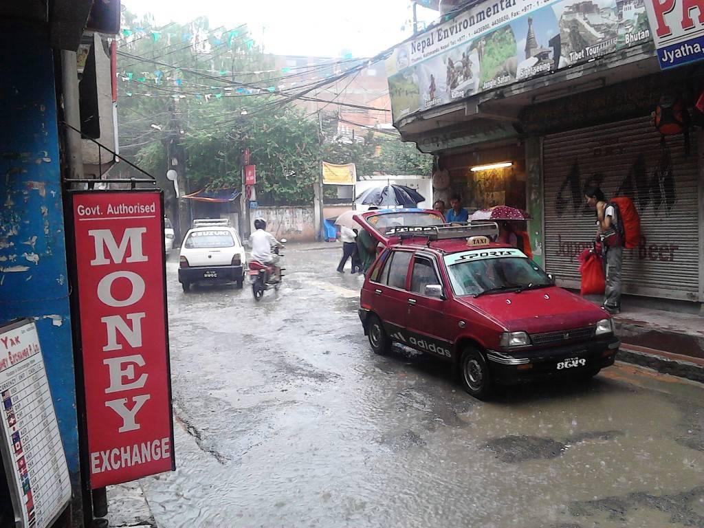Thamel,下雨天,水漫过路面