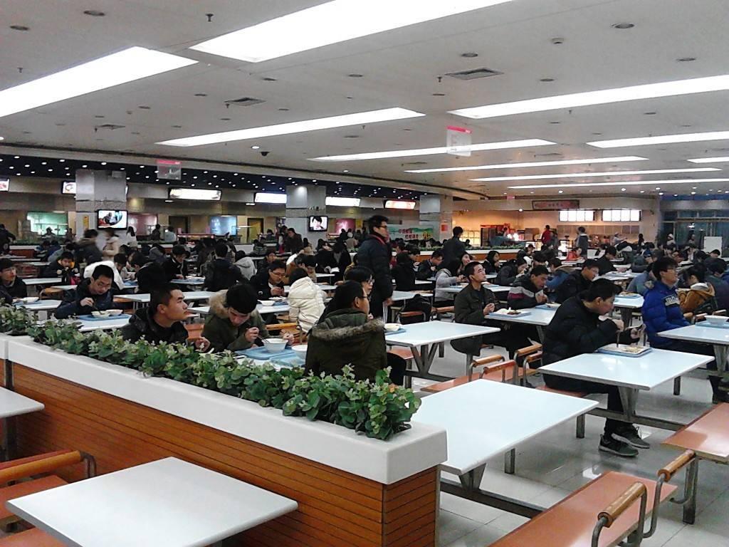 浙江大学饭堂,留意男生比例。